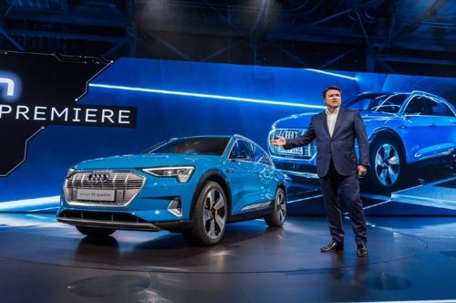 아우디, 첫 순수전기 SUV 'e-트론' 공개…주행거리 400㎞